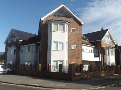 2 Bedrooms Flat for sale in Highland Avenue, Brentwood, Essex
