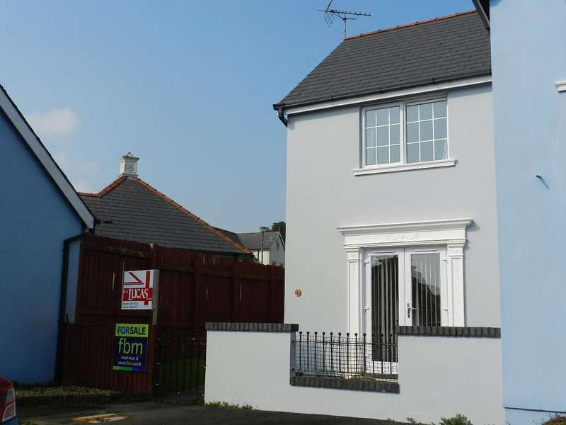 2 Bedrooms Terraced House for sale in Heath Close, Johnston, Haverfordwest