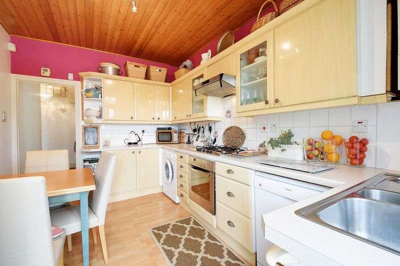 2 Bedrooms Flat for sale in Fox Lane, Palmers Green, N13