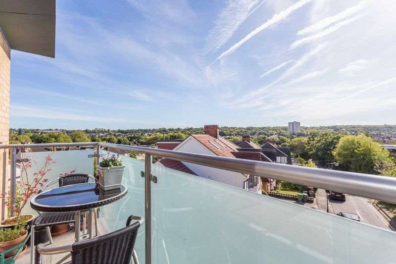 2 Bedrooms Flat for sale in Church Avenue, Highams Park