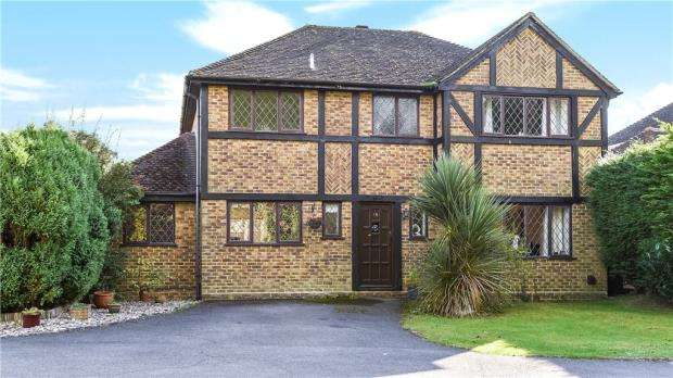 4 Bedrooms Detached House for sale in Rashleigh Court, Church Crookham, Fleet