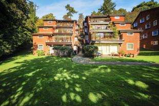 3 Bedrooms Flat for sale in Succombs Place, Southview Road, Warlingham, Surrey