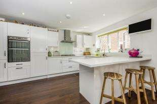 5 Bedrooms Detached House for sale in Apsley Road, Horley, Surrey