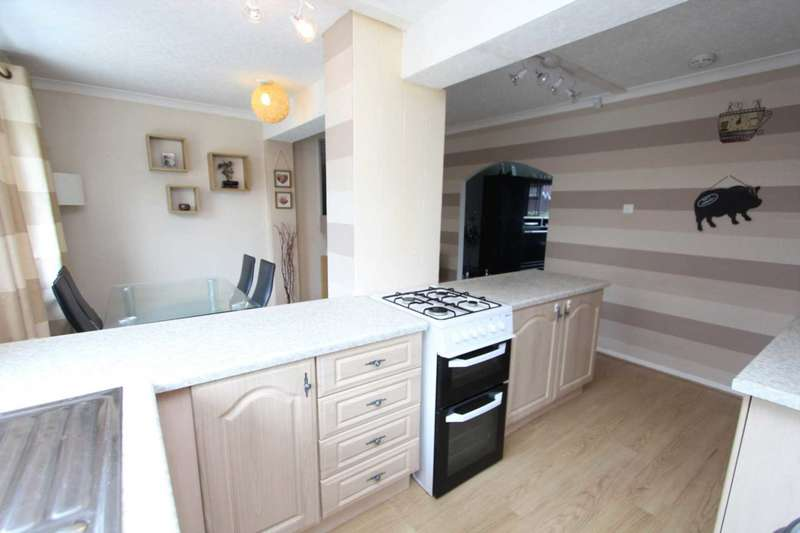 3 Bedrooms Town House for sale in Beverley Gardens, Birstall