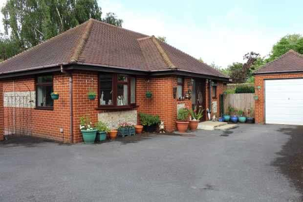 3 Bedrooms Detached Bungalow for sale in Exeter Close, Emsworth, Hampshire, PO10 7QG