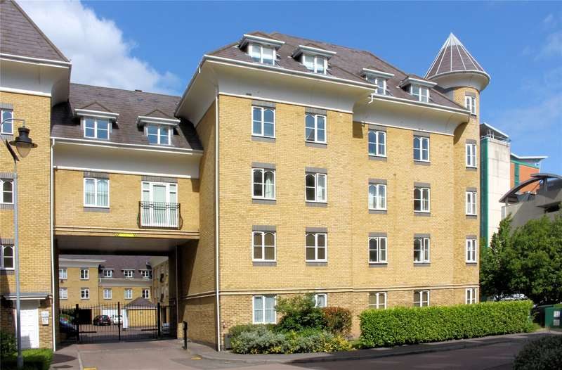 3 Bedrooms Maisonette Flat for sale in Century Court, Victoria Way, Woking, Surrey, GU21