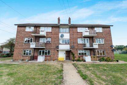 2 Bedrooms Flat for sale in Collier Row, Romford, Essex