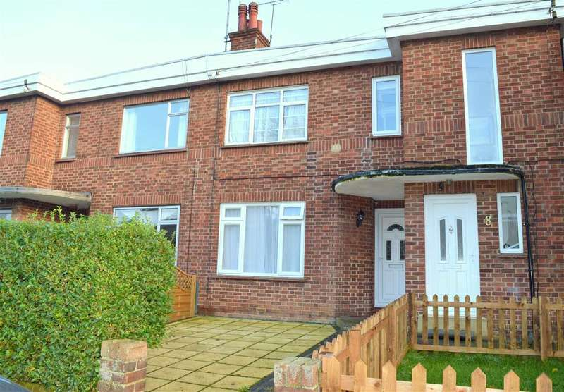 3 Bedrooms Maisonette Flat for sale in Shrublands Close, Chelmsford