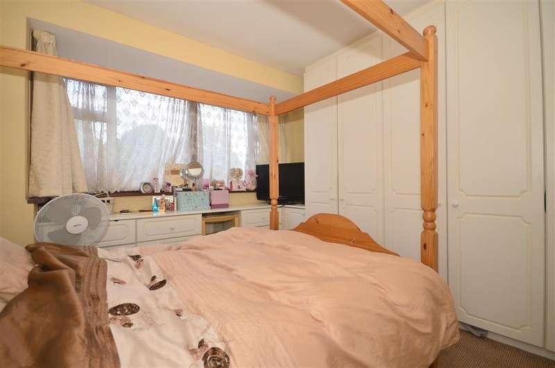 3 Bedrooms Terraced House for sale in Rushden Gardens, Clayhall, Essex
