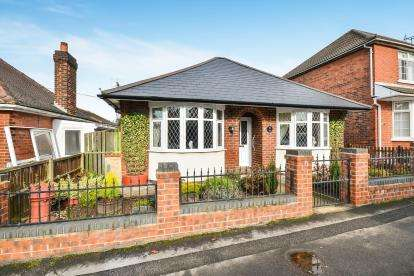 2 Bedrooms Bungalow for sale in Bourne Avenue, Kirkby-In-Ashfield, Nottingham, Nottinghamshire