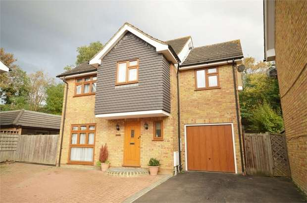 4 Bedrooms Detached House for sale in Carswell Close, Redbridge, Essex