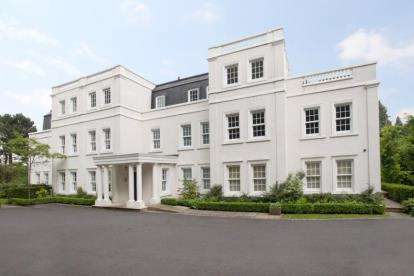 3 Bedrooms Flat for sale in Fallibroome House, Prestbury, Macclesfield, Cheshire