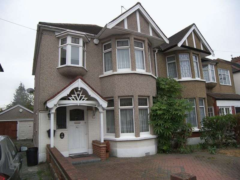 3 Bedrooms Semi Detached House for sale in BEECHWOOD GARDENS, CLAYHALL. IG5