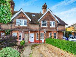 3 Bedrooms Cottage House for sale in Mid Street, South Nutfield, Redhill, Surrey
