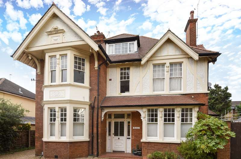 3 Bedrooms Flat for sale in Weybridge