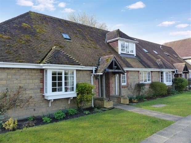 2 Bedrooms Flat for sale in Grenadier Close, Warminster