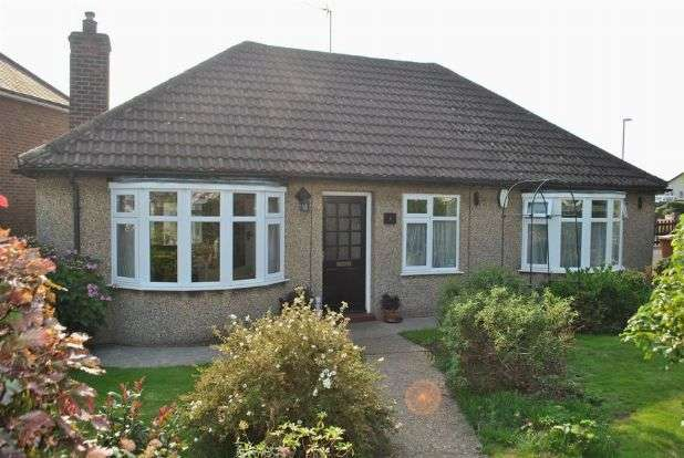 3 Bedrooms Detached Bungalow for sale in Greenhills Close, Whitehills, Northampton NN2 8EN