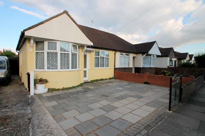 2 Bedrooms Bungalow for sale in Parkfield Crescent, Feltham, TW13