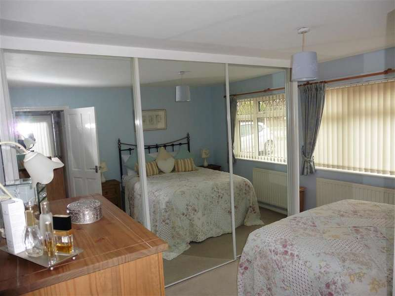 2 Bedrooms Semi Detached Bungalow for sale in The Broadway, Minster On Sea, Sheerness, Kent