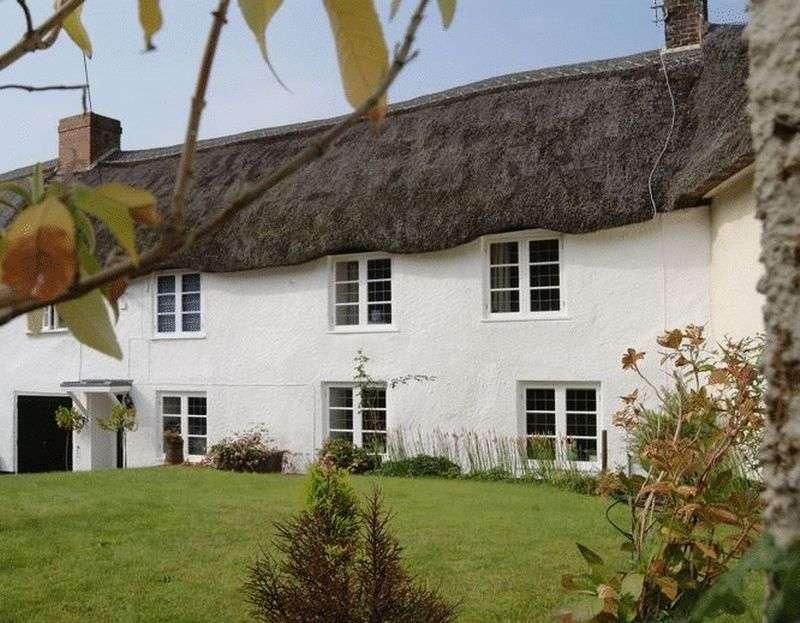 4 Bedrooms House for sale in Idyllic and beautifully presented village cottage with lots of space