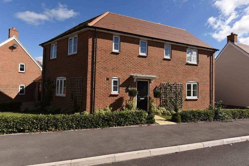 4 Bedrooms Detached House for sale in Harrow Drive, Headley