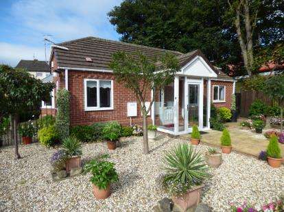 2 Bedrooms Bungalow for sale in Rian Court, Surfeit Hill Road, Cradley Heath, West Midlands