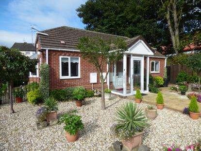 2 Bedrooms Bungalow for sale in Rian Court, Surfeit Hill Road, Cradley Heath, West Midlands