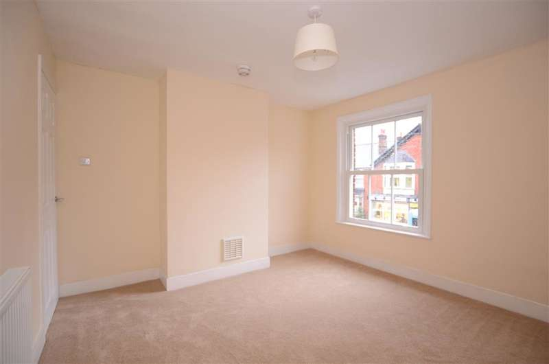 3 Bedrooms Semi Detached House for sale in Horsham Road, Southgate, Crawley, West Sussex