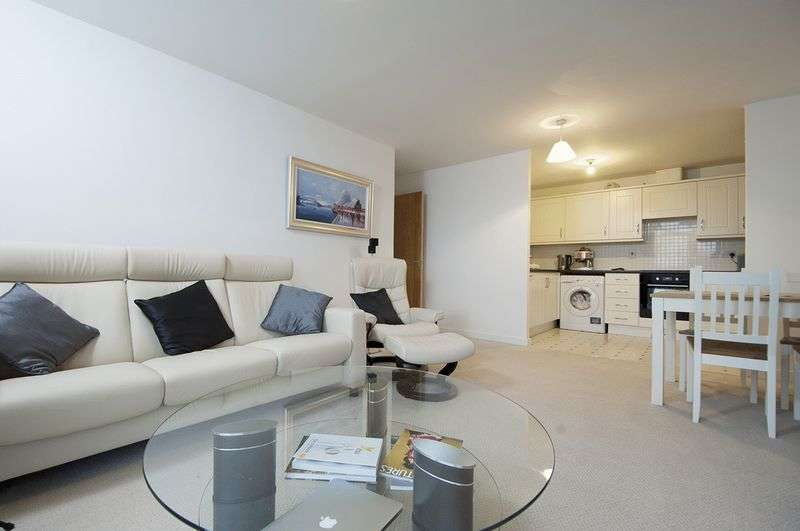 2 Bedrooms Flat for sale in Aits View, West Molesey.