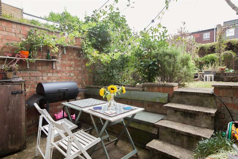1 Bedroom Flat for sale in Castlewood Road, London