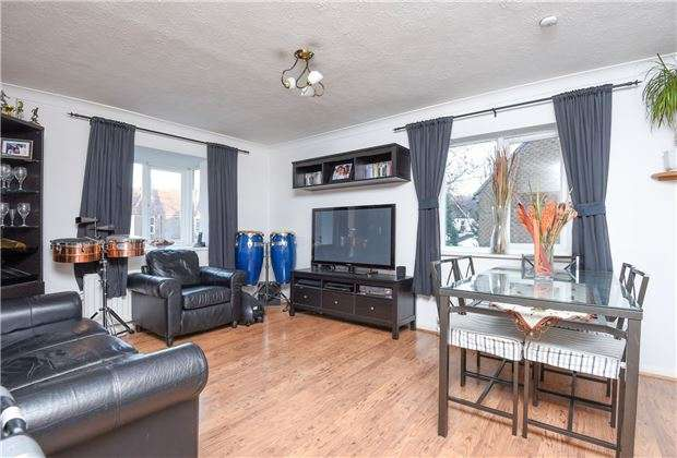 2 Bedrooms Flat for sale in Kingsleigh Place, Mitcham, Surrey, CR4