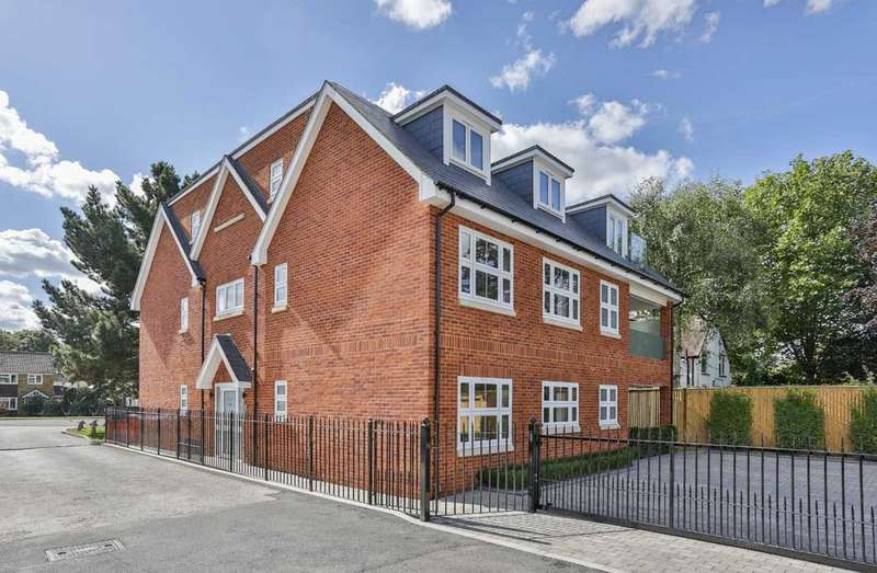 2 Bedrooms Ground Flat for sale in Kingsway, Farnham Common, SL2