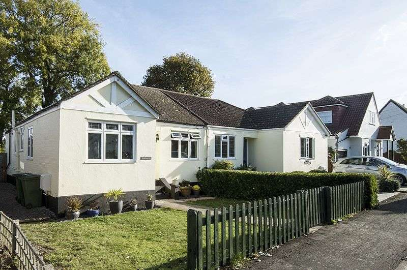 3 Bedrooms Semi Detached Bungalow for sale in Dunally Park, Shepperton