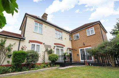 3 Bedrooms Detached House for sale in Canfield Road, Woodford Green, Essex