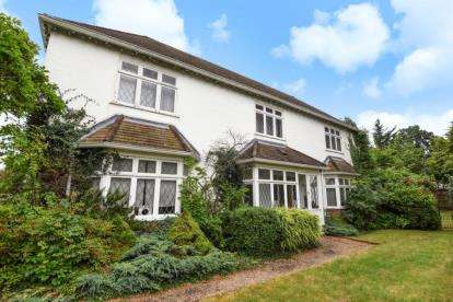 4 Bedrooms Detached House for sale in Den Close, Beckenham
