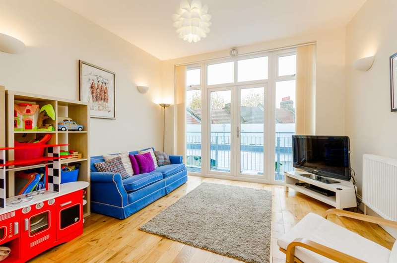 2 Bedrooms House for sale in Steele Road, Leytonstone, E11