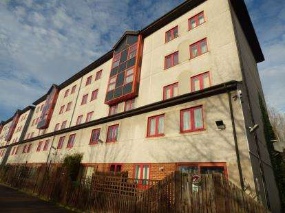 2 Bedrooms Flat for sale in Castile Court, Eleanor Way, Waltham Cross, Hertfordshire