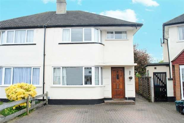 3 Bedrooms Semi Detached House for sale in South Close, Twickenham