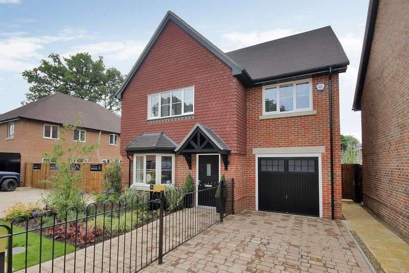 4 Bedrooms Detached House for sale in Turners Hill Road, Crawley Down