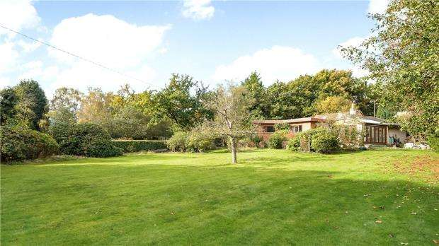 3 Bedrooms Detached Bungalow for sale in Brick Hill, Chobham, Woking