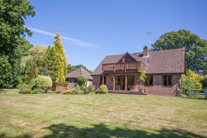 4 Bedrooms Detached House for sale in Shaws Lane, Horsham, West Sussex, RH13