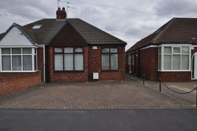2 Bedrooms Semi Detached Bungalow for sale in Mancklin Avenue, Hull, HU8 0HX