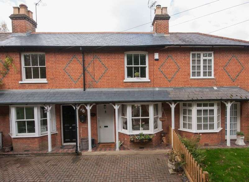 2 Bedrooms Terraced House for sale in Cobham