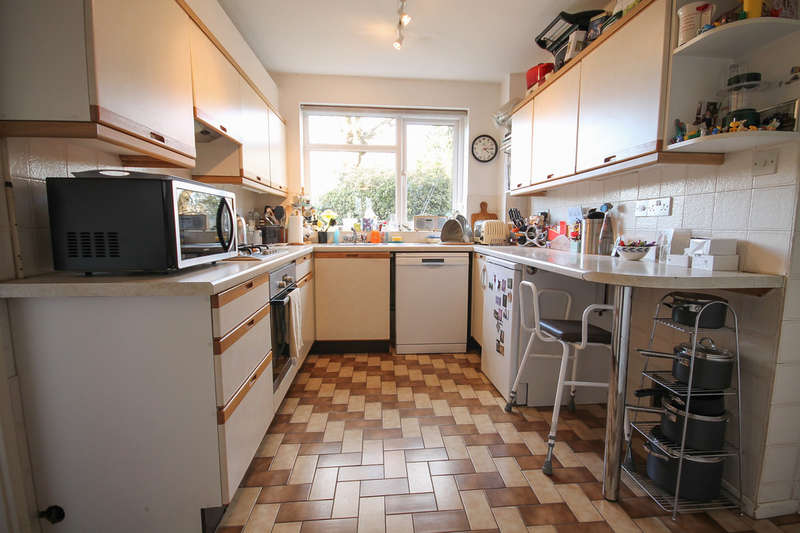 3 Bedrooms Detached House for sale in Haywardens, Lingfield