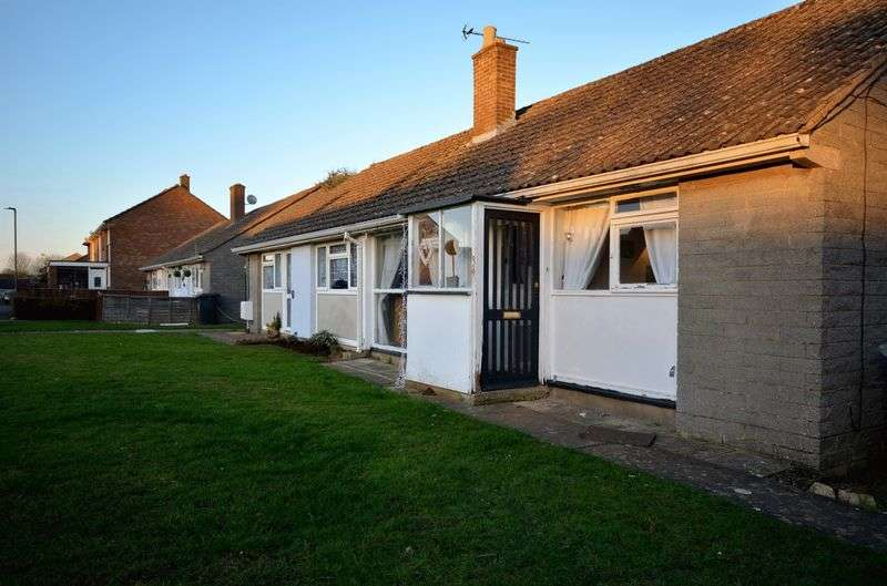 2 Bedrooms Semi Detached Bungalow for sale in Hill View, Carterton