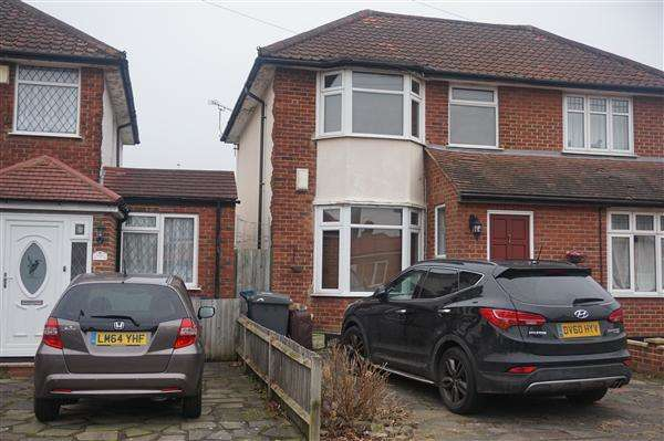 2 Bedrooms Semi Detached House for sale in Stanway Gardens, Edgware