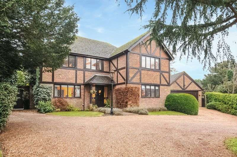 5 Bedrooms Detached House for sale in Links Brow, Fetcham