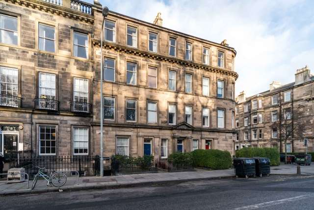 2 Bedrooms Ground Flat for sale in Brunton Place, Leith, Edinburgh, EH7 5EG