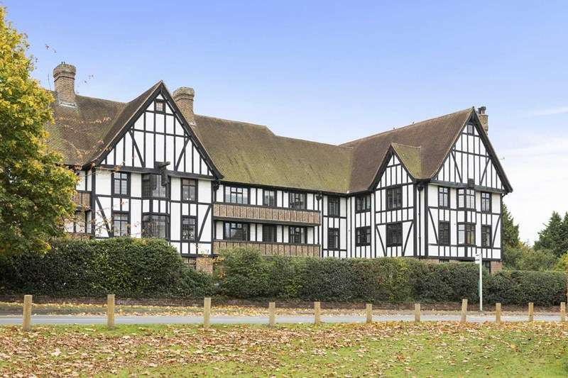 2 Bedrooms Flat for sale in Queens Close, Esher