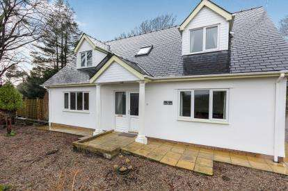 3 Bedrooms Detached House for sale in Hendregadredd, Pentrefelin, Criccieth, Gwynedd, LL52